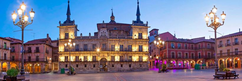 Plaza Mayor de León con su viejo Ayuntamiento - EntreVias Lodging