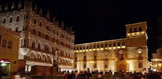 Palacio de los Guzmanes y Casa de Gaudí - EntreVias Lodging