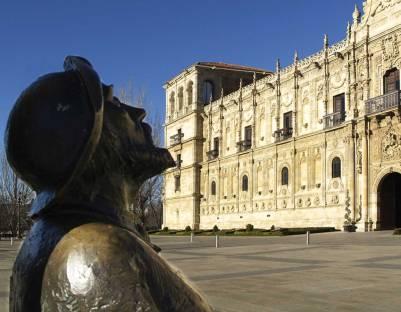 San Marcos y estatua del peregrino - EntreVias Lodging