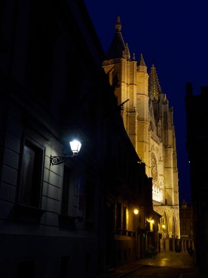Catedral de León de noche - EntreVias Lodging